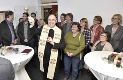 Weihbischof Rolf Lohmann ging segnend mit Stephan Nellesen und Jörg Boussard (v.l.) durch die neue Zentralren-dantur.  NN-Foto: Gerhard Seybert