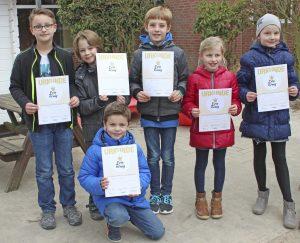 Die Teilnehmer des Lesekönig-Wettbewerbs mit ihren Urkunden